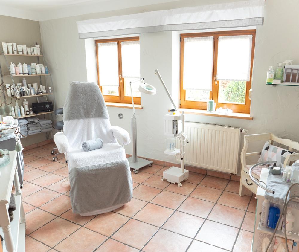 Cosmetic creativ: Behandlungskabine des Kosmetikstudios in Kulmbach-Windischenhaig.