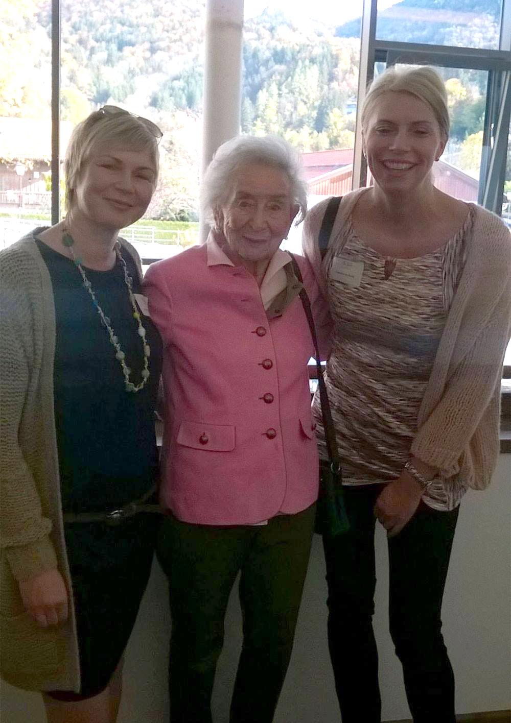 Zusammen mit Carmen Arnhold (rechts) sammelte Sabine Valentin-Hofknecht (links) nach ihrer Ausbildung einige Jahre Berufserfahrung auf der Schönheitsfarm von Gertraud Gruber (Mitte) in Rottach-Egern. Das Bild entstand 2015 anlässlich eines Gruber-Kongresses am Tegernsee.