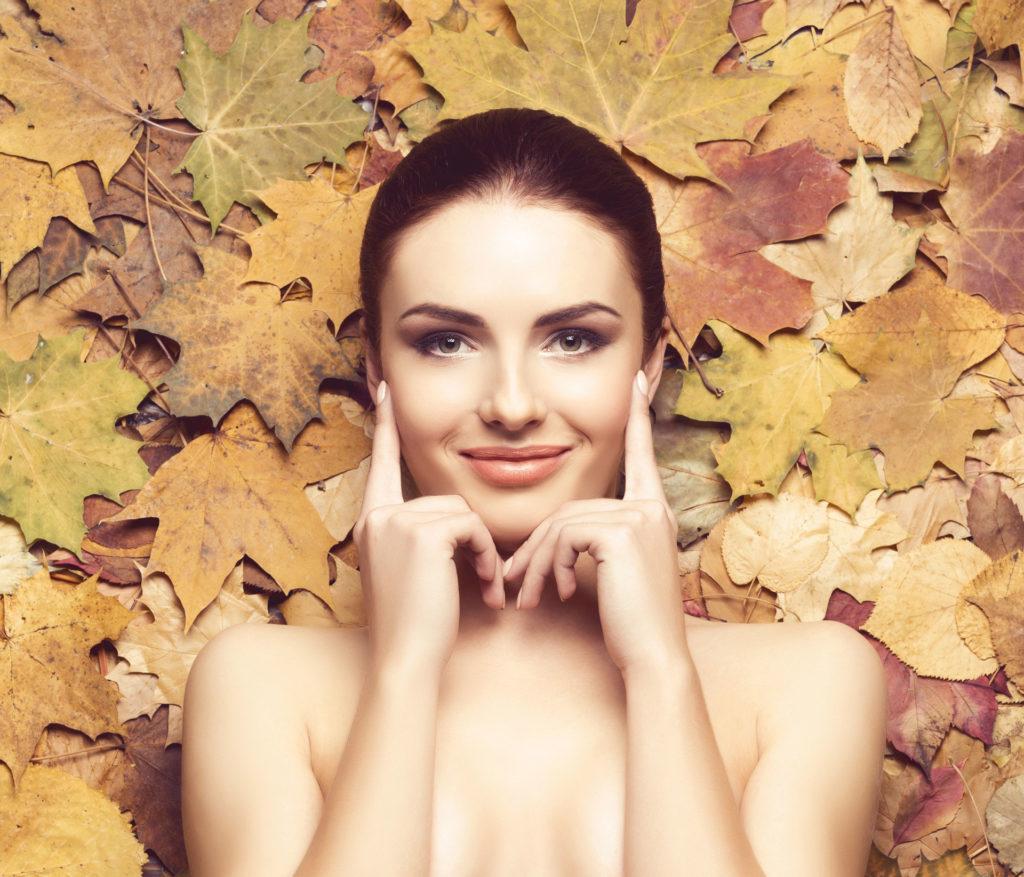 Hautpflege während der kalten Jahreszeit: Spätestens mit der Zeitumstellung sollte auch die Pflegeroutine angepasst werden.